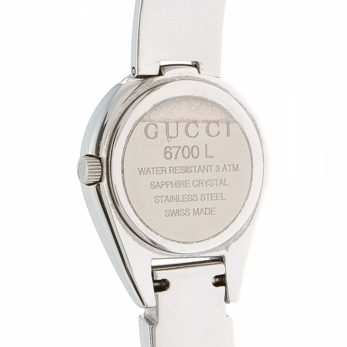 gucci 6700l. the authenticity of this vintage gucci 6700l timepiece watch is guaranteed by lxrandco. exquisite was crafted in stainless steel beautiful 6700l